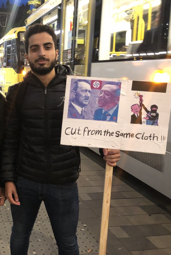 Protestor in support of Kurds
