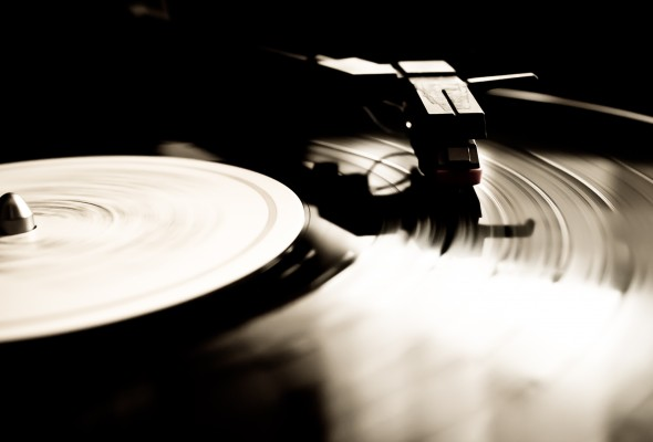 Vinyl record spinning, photo by: Hernán Piñera (flickr)